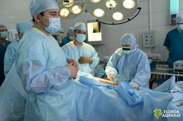 Спасают киевские врачи: страшная болезнь подкосила маленького львовянина, все из - за прививки