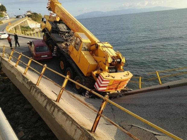 Важливий шляхопровід звалився прямо в море: перші фото та відео катастрофи