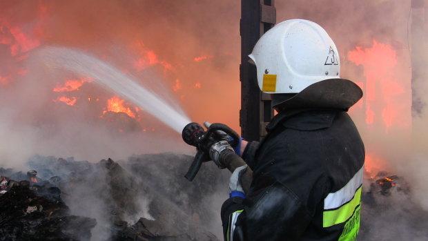Вогняне пекло у Києві: півсотні рятувальників не можуть впоратися зі страшною пожежею у п'ятиповерхівці