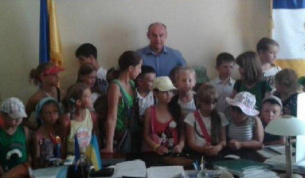 Тернопольским малышам разрешили посидеть в кресле мэра (видео)