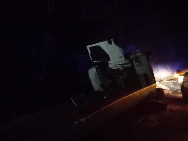 вантажівка з бітумною емульсією /  фото Укрінформ