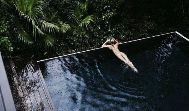Модель Victoria's Secret любить плавати в басейні голою