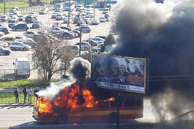 Во Львове сгорел троллейбус на ходу (фото)