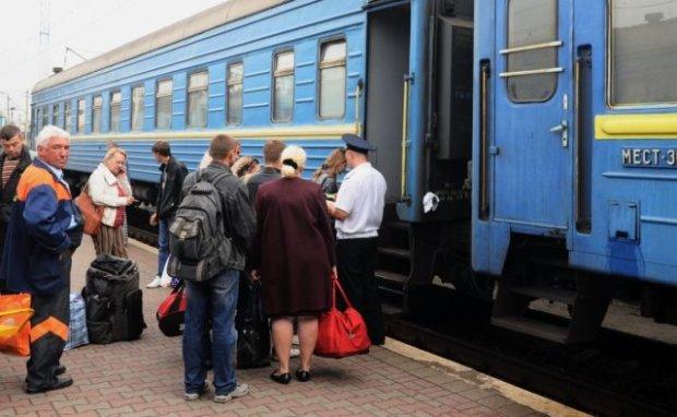 Стакани Кравцова: Укрзалізниця спустила відро грошей на дрібниці, що пропонують пасажирам у смердючих і поламаних вагонах
