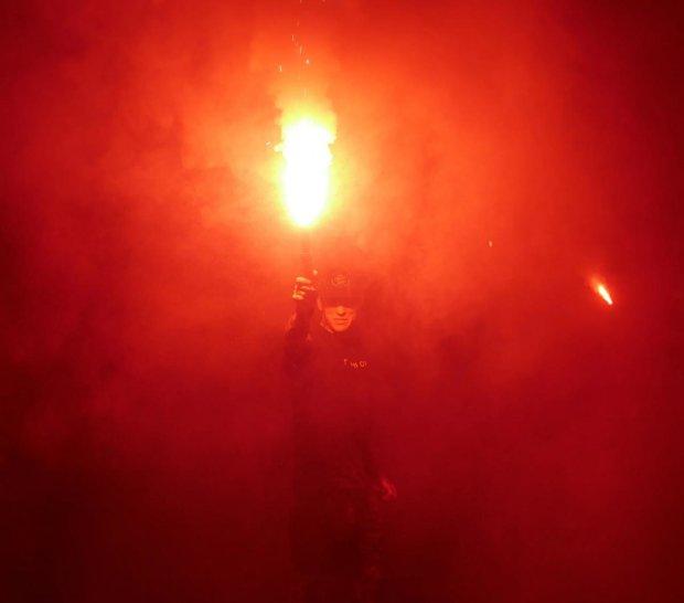 Детские игрушки, злоба и огонь: разъярённые украинцы пришли под МВД из-за гибели маленького Кирилла
