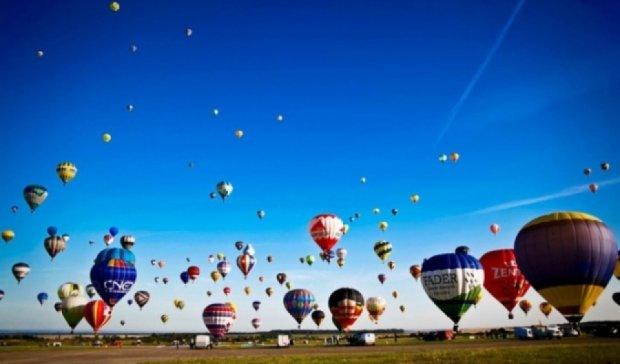 Во Франции в небо поднялась рекордное количество воздушных шаров (видео)