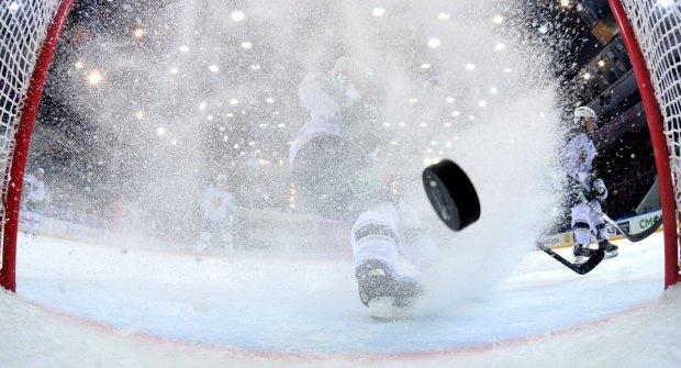 Родители устроили жесткую драку на хоккейном матче детских команд: видео