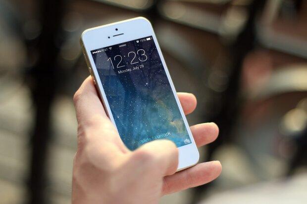 смартфон в руках, фото: pxhere