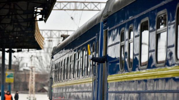 Франковчанин оказался под колесами поезда, ангел-хранитель спасает вместе с врачами
