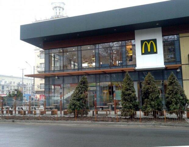"""У Запоріжжі закрили McDonalds, містяни повстали проти вимушеної дієти: """"Біг Мак Апокаліпсис"""""""