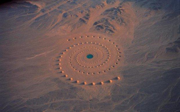 НЛО чи секретна військова база? Величезний незрозумілий об'єкт в пустелі налякав весь світ