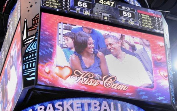 В США хотели заставить поцеловаться мать с сыном на матче НБА