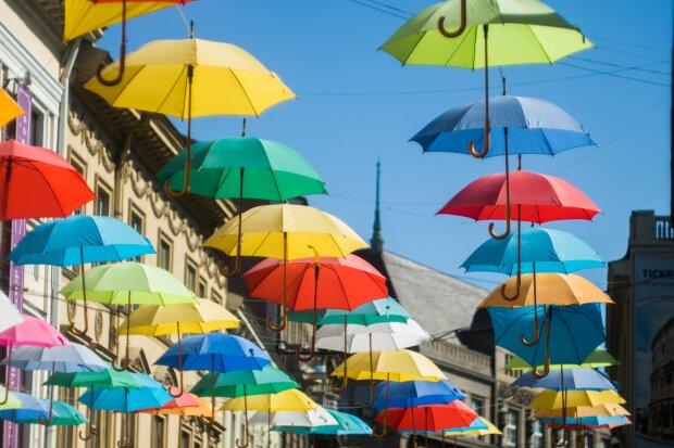 Центр Франківська прикрасять різнокольоровими парасольками, а Марцінків тут ні при чому: коли очікувати ноу-хау