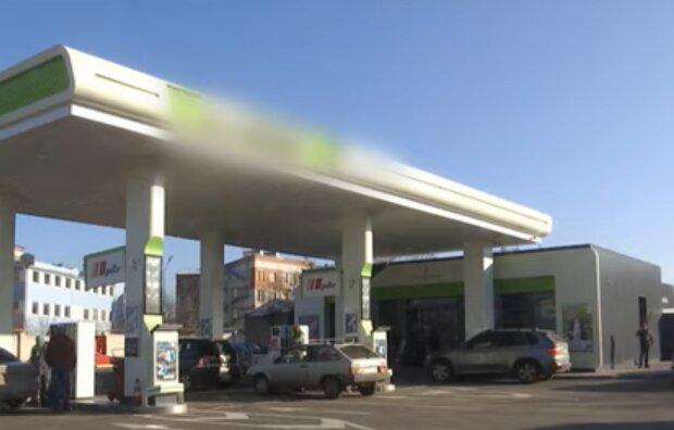Автомобільна заправка, кадр з відео