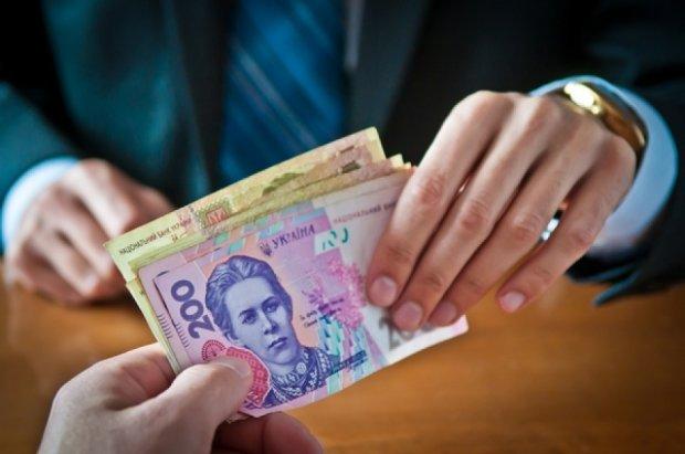 Середня зарплата в Україні зменшилася на 880 гривень