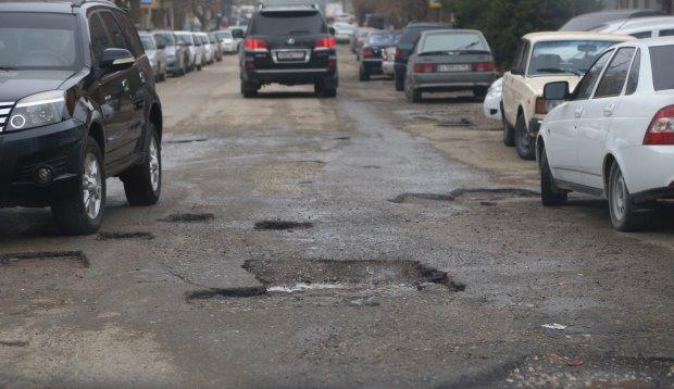 """Под Днепром """"отремонтировали"""" трассу: яма на яме, одна поездка - и ты без колес"""