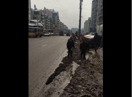 У Чернівцях олені парковки змусили дітей бігати трасою: до школи - по зустрічці