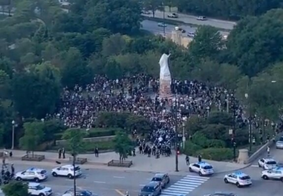 """""""Закрийте Америку назад"""" - у США натовп зносить пам'ятник Христофору Колумбу"""