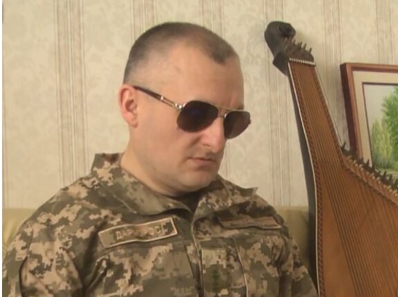 """Украинский воин потерял на Донбассе зрение и ногу, но не веру в победу: """"Лечу руками и добрым словом"""""""