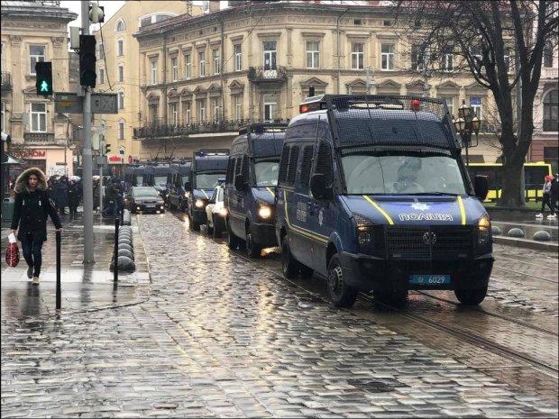 У Львові неспокійно: дороги перекриті, на вулицях військова техніка і поліція