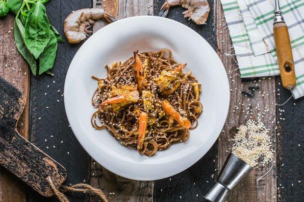 Смачний рецепт фунчози з овочами, креветками і кунжутом