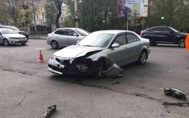 Volkswagen на скорости протаранил Mazda в центре столицы