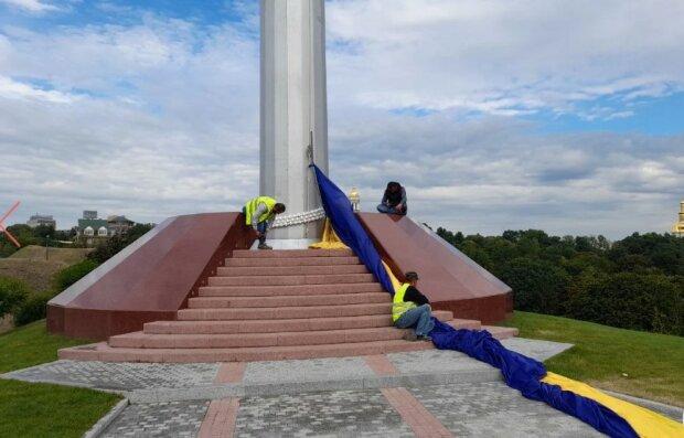 У Києві зняли найбільший прапор України, фото Вести