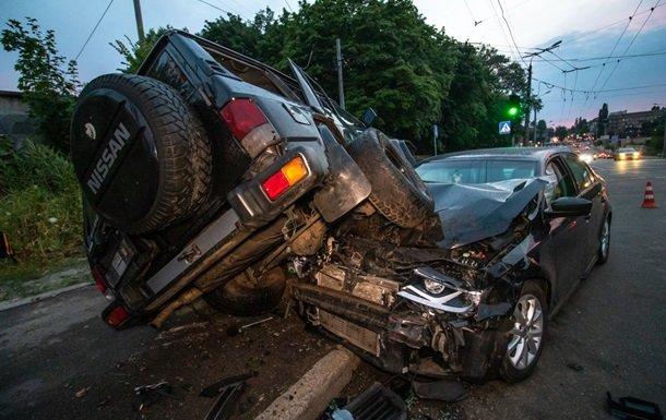 Киев на ушах из-за жуткого ДТП: джип буквально раздавил легковушку с ребенком, замешаны погоны