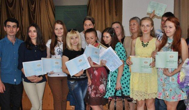 В ДНР выдали напечатанные на принтере дипломы