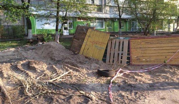 У столиці за ніч вкрали алею дерев (фото)