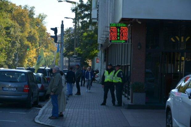Скачки доллара и укрепление гривны: сколько теперь украинцы тратят на еду и машины