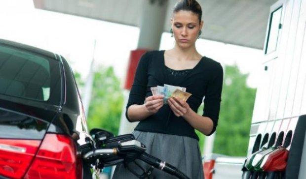 Заправочные сети специально завышают цену бензина - эксперт