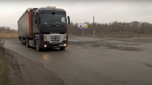 """Дорогу під Дніпром показали моторошними фото, у водіїв здають нерви: """"Бомбардування?"""""""
