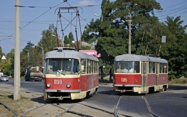 У Києві Mercedes протаранив трамвай з пенсіонерами: фото