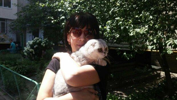 """""""Просто чудо"""": спасатели после двух недель обысков руин дома на Позняках нашли уцелевшую кошку"""