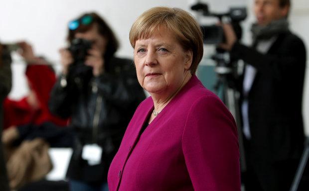 """""""Знову трясе"""": Меркель зателіпало втретє, що відбувається з найсильнішою жінкою світу"""