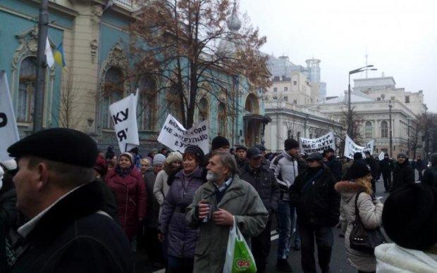 Мітинг під Радою: ефектна активістка нарвалася на агресивних бабусь