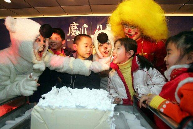дети в Китае лакомятся мороженым на празднике, фото Getty Images