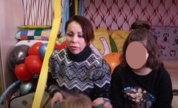 Олена Кузьменко з сім'єю, кадр з репортажу ТРК раї: YouTube