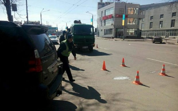 Жахаюча аварія в Києві: вантажівка переїхала школяра посеред тротуару