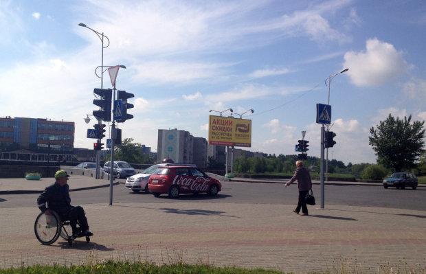 Взбешенная автоледи с палкой напала на мужчину в коляске в Крыму, защитника нокаутировали: видео массовой драки
