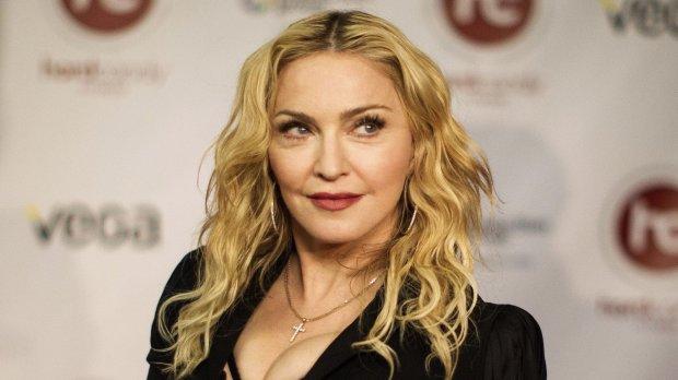 Мохнатое нечто в прозрачных трусах Мадонны завело сеть в тупик: фото 18+