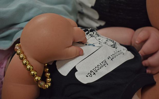 Маля з руками монстра: невиліковно хвора дівчинка показала сталеву витримку всьому світу