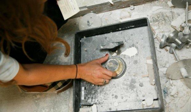 Супруги из США нашли таинственный клад в стене кухни (фото)