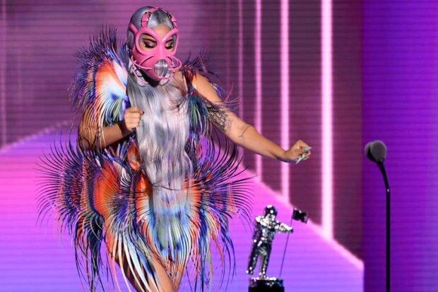 """Леди Гага вернулась с другой планеты за """"астронавтом"""" — противогаз снять забыла"""