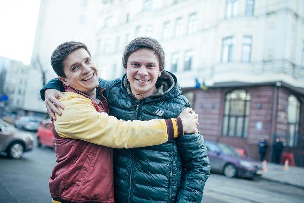 """Комаров забыл про скромность и раздел горячих красоток прямо на камеру: """"Долго колебались"""""""