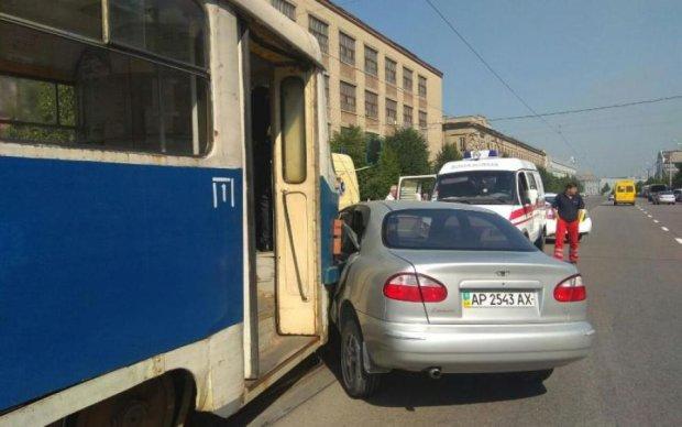 В Києві трамвай врізався у Lanos з дитиною: моторошні фото