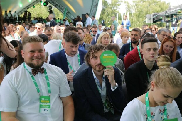 """""""Слугам народа"""" готовят Трускавец-2: """"где-то между сессиями"""" научат поведению в социальных сетях"""