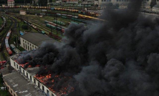 У Львові палає ж/д вокзал: величезні клуби диму охопили пів міста, фото та відео з місця катастрофи