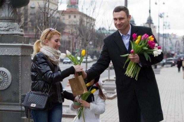 Кличко роздавав квіти біля мерії